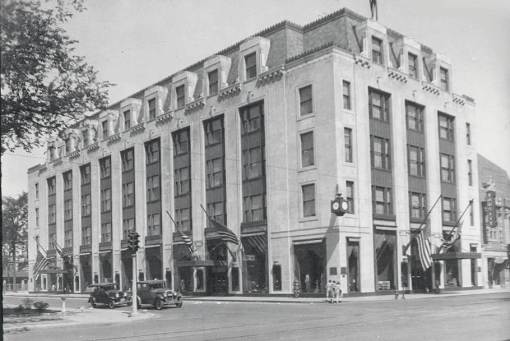 Courtesy of https://chuckmanchicagonostalgia.wordpress.com/2011/06/01/photo-chicago-marshall-fields-department-store-evanston-branch-store-1932/photo-chicago-marshall-fields-department-store-evanston-branch-store-1932/